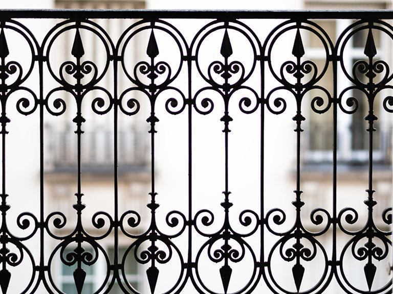 Metalowa brama ze wzorkami
